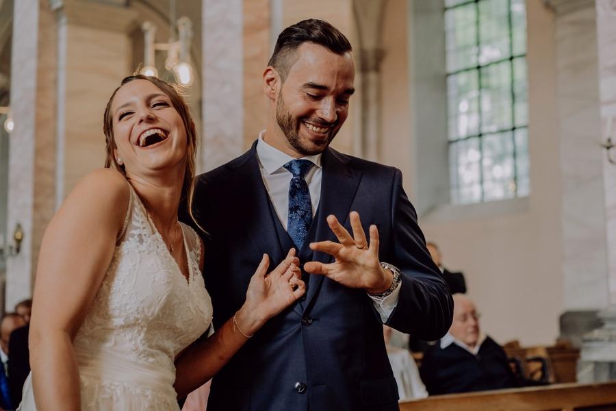 Brautpaar gibt sich dass Ja wort in der Kirche St. Michael in Aachen
