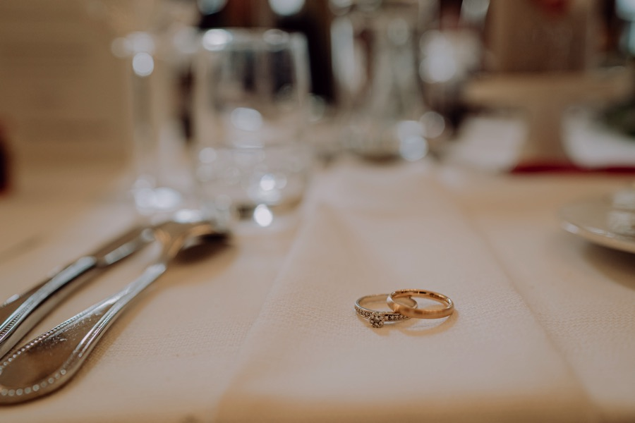 Detail Bild Hochzeitsringe am Brautpaar Tisch