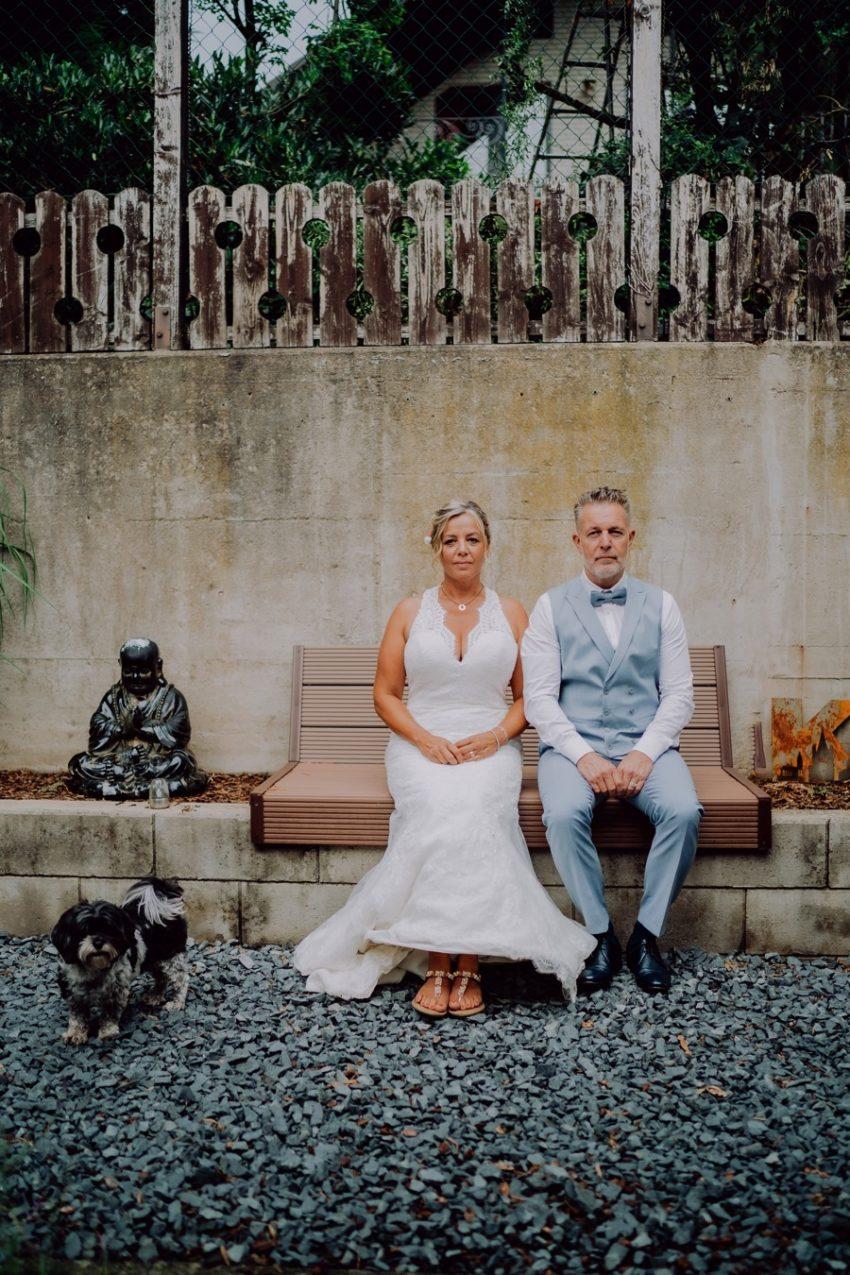 Burg nideggen - Hochzeitsshooting - Brautppar im Sitzen mit Buddha - Fotokleer fotografiert -